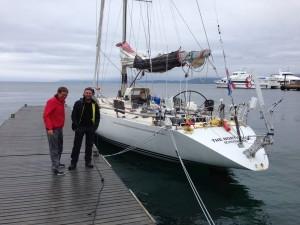 Eelco Mersch (til høyre) og en av hans gjester ved IOR-raceren han skal til Svalbard med.